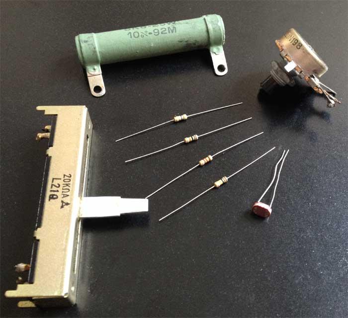 Resistores variados, incluindo potenciômetro deslizante e LDR