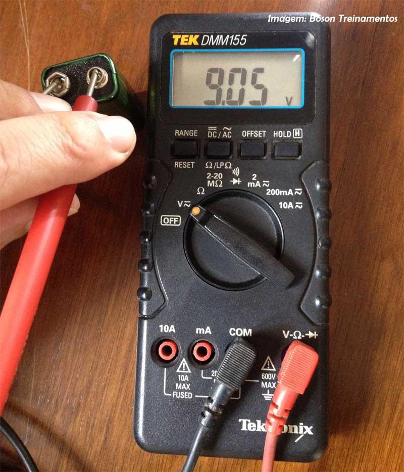Multimetro medindo tensão elétrica - Tektronix