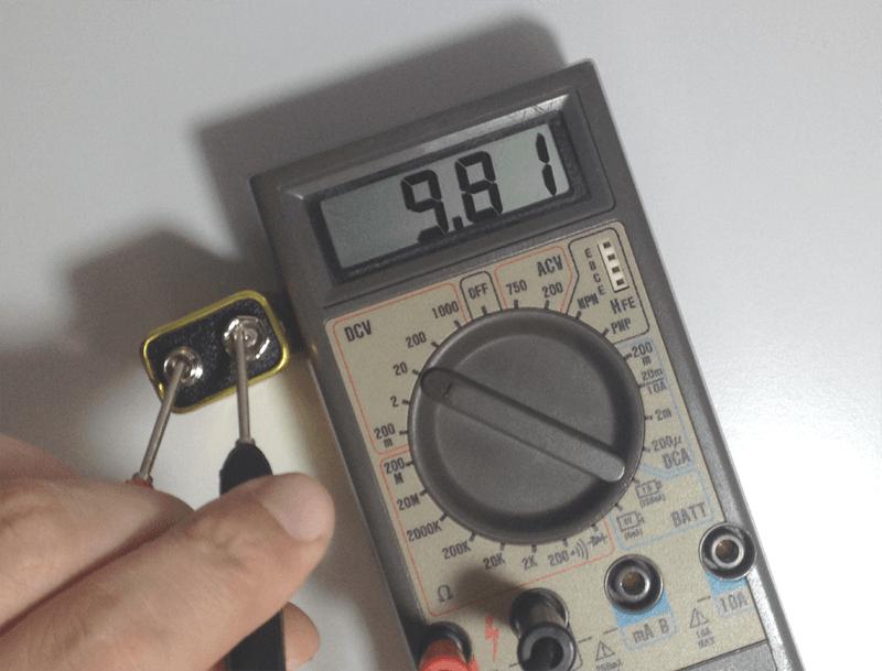 Medindo uma bateria de 9V com o multimetro