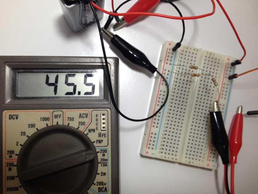 Medindo a corrente elétrica em R1 com o multímetro