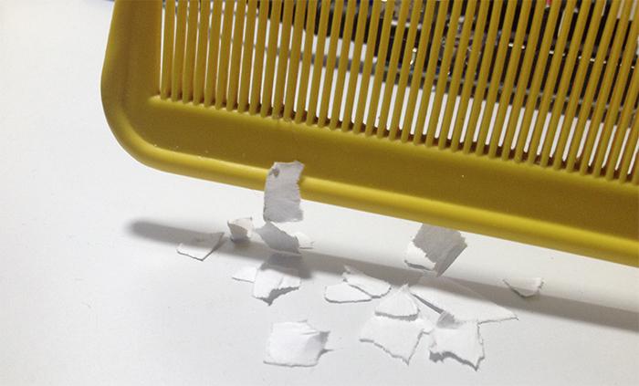 Eletricidade Estática atraindo papel picado