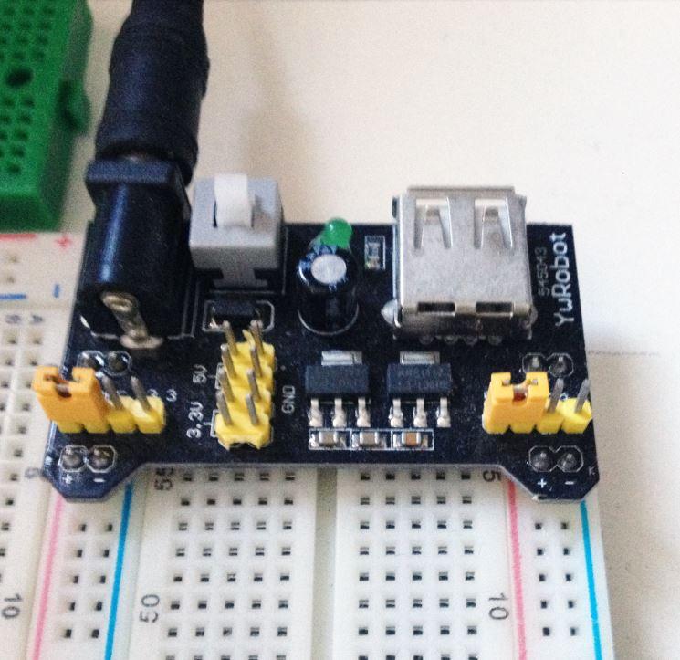 Módulo YWRobot MB102 conectado a uma matriz de contatos