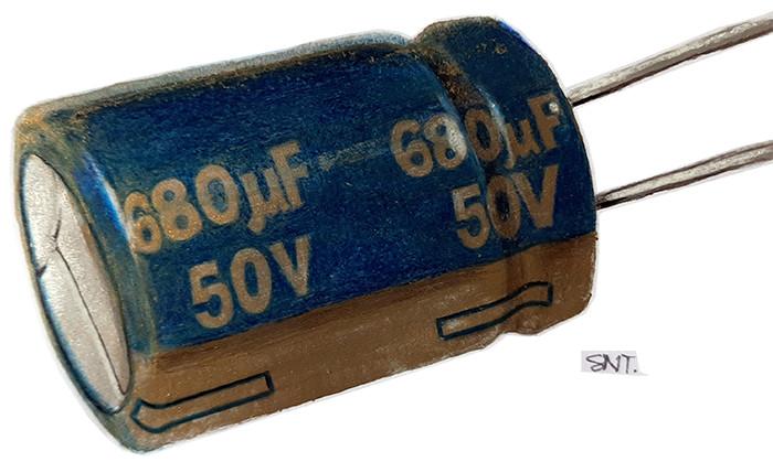 Capacitor Eletrolítico. Ilustração: Sandra Tamashiro