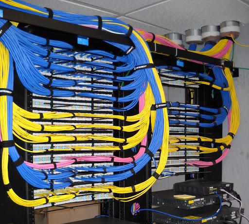 Rack e cabos em um sistema de cabeamento estruturado de redes